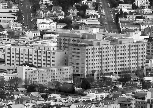 Dunedin Hospital from Signal Hill Sep 2007 [wikimedia.org] 3