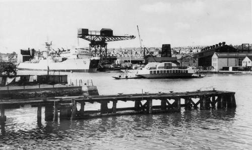 Cowes Hammerhead crane (caption - cowes_floating_bridge_1950) [cowes.shalfleet.net]