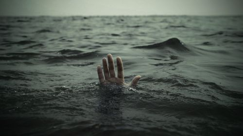 Flood - Hands-Drowning-Sea [blogs.swa-jkt.com]