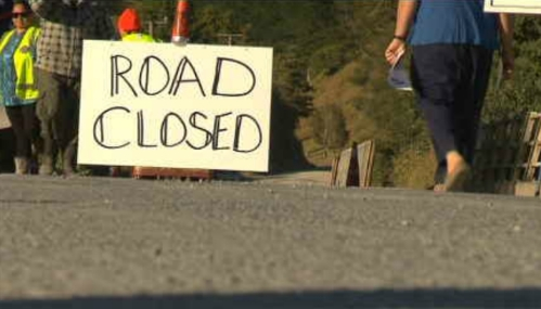 protesters-set-up-four-separate-road-blocks-along-pipiwai-road-newshub-co-nz